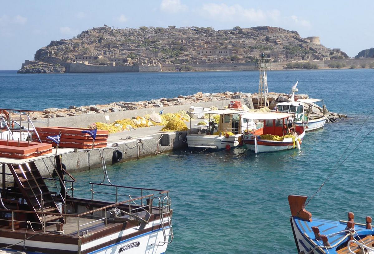 Порт деревни Плака