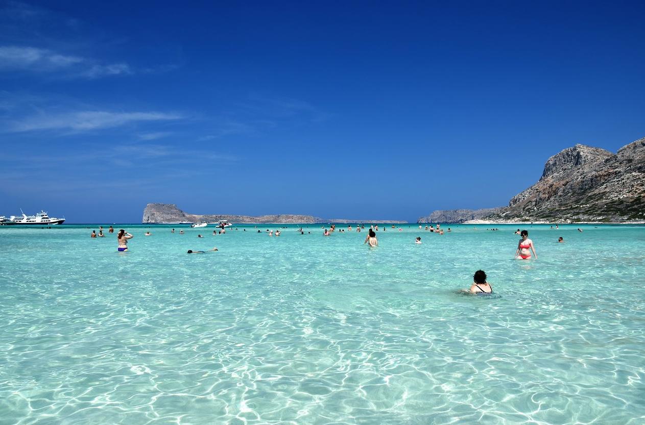 Отдыхающие купаються на пляже Балос