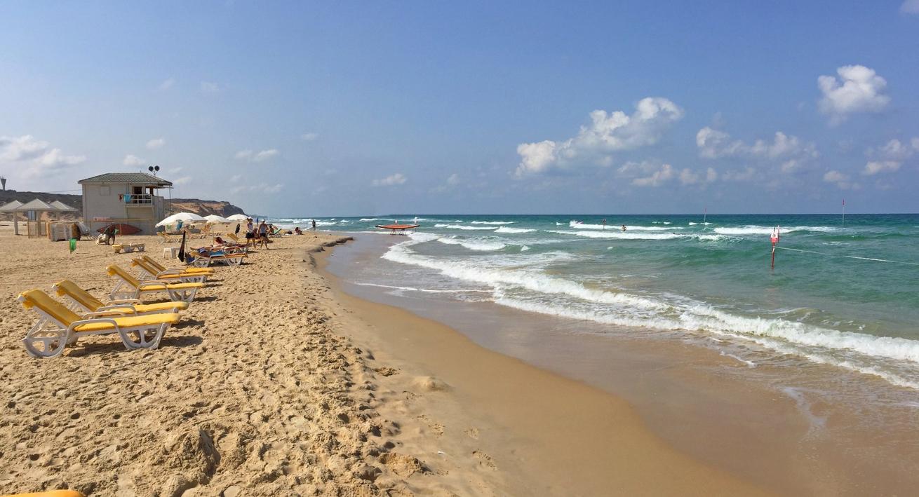 Отдых на пляже в Нетании