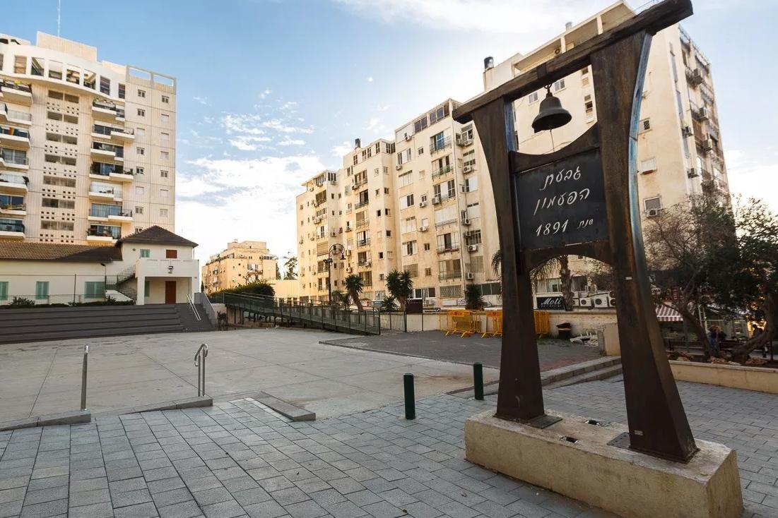 Площадь с первым городским колоколом