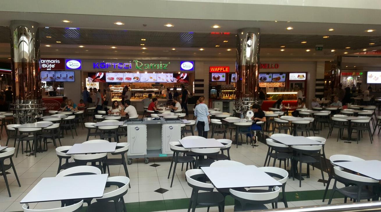 Можно перекусить в фаст-фуде или кафе ТЦ «Джевахир»