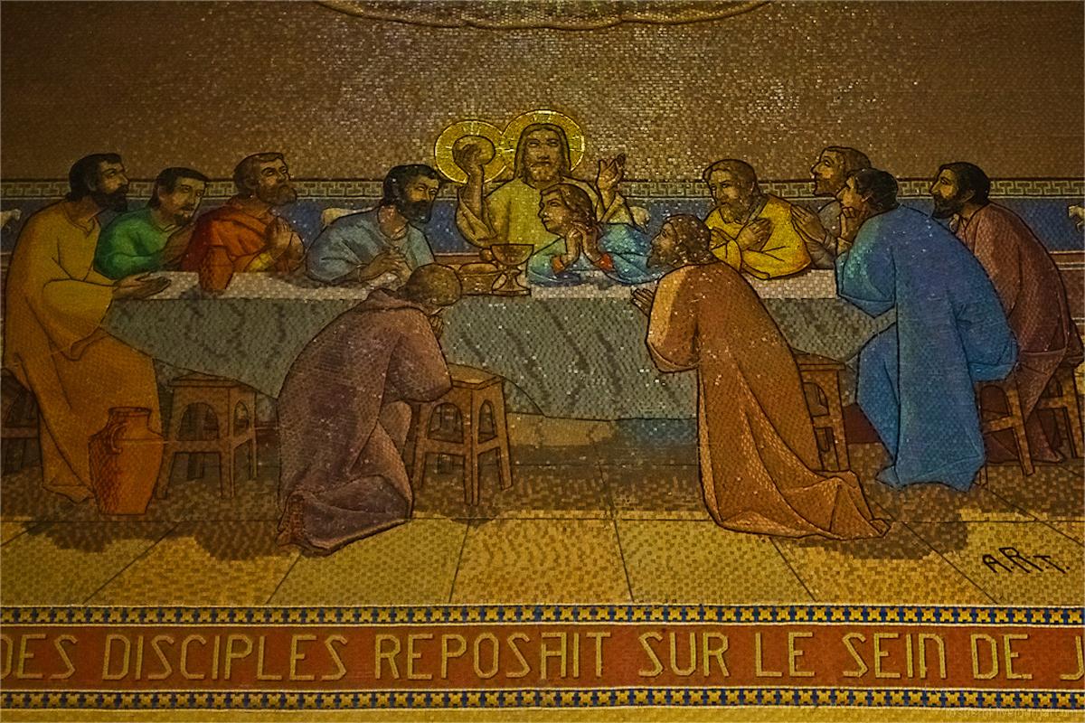 На стенах много мозаики с библейскими сюжетами