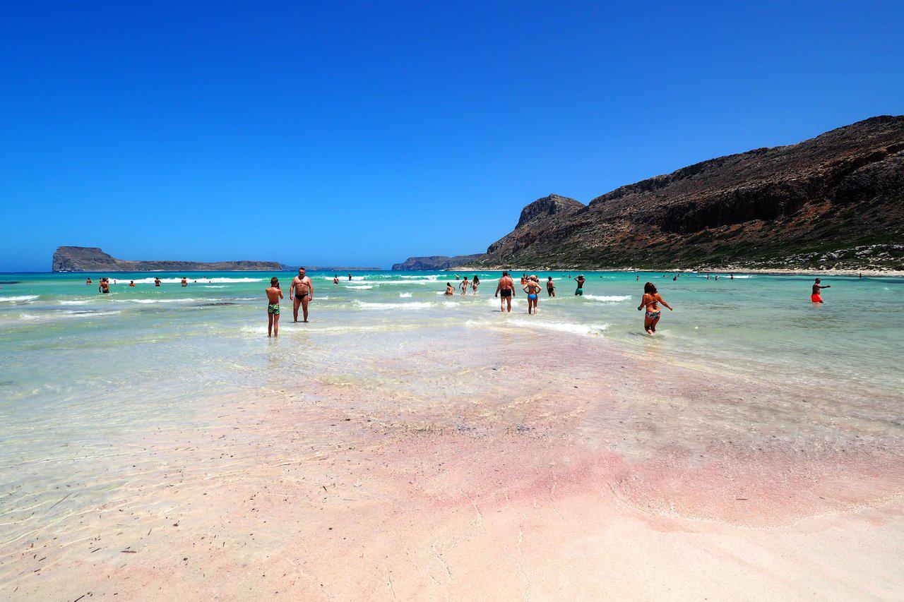 Берег и дно залива покрыты белым песком