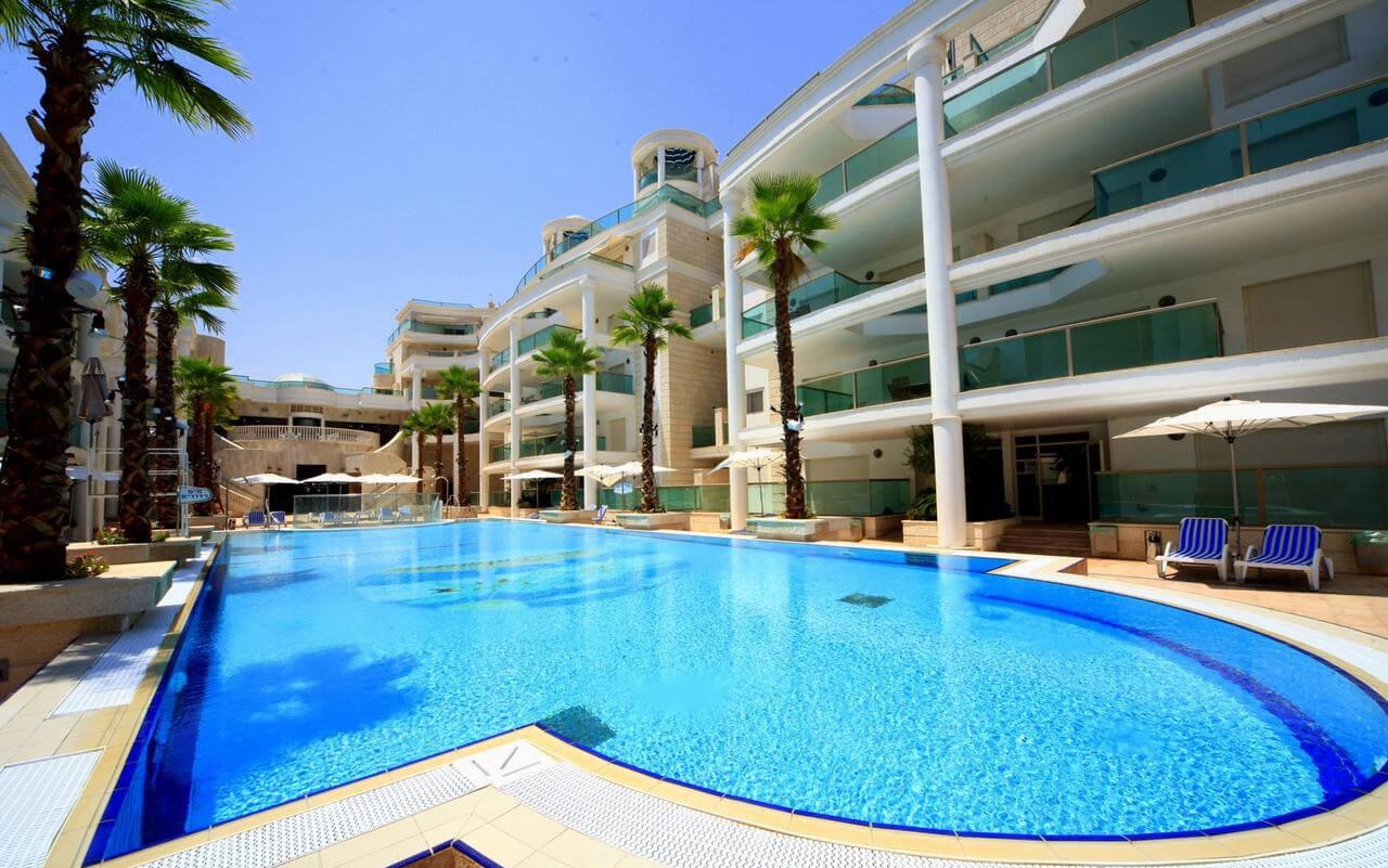 В отеле есть открый басейн
