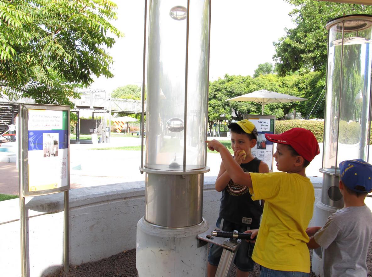 Дети в парке науки имени Клора