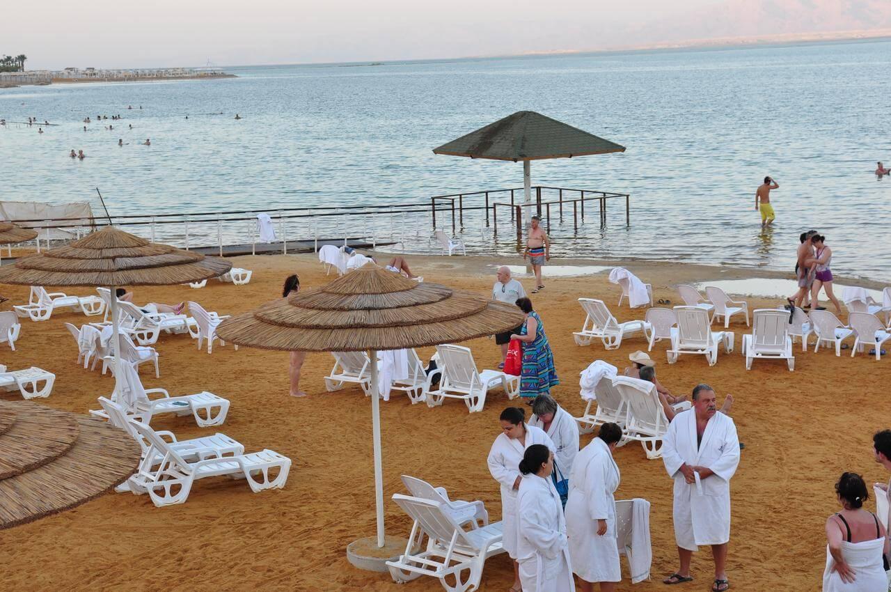 Благоустроенный отельный пляж