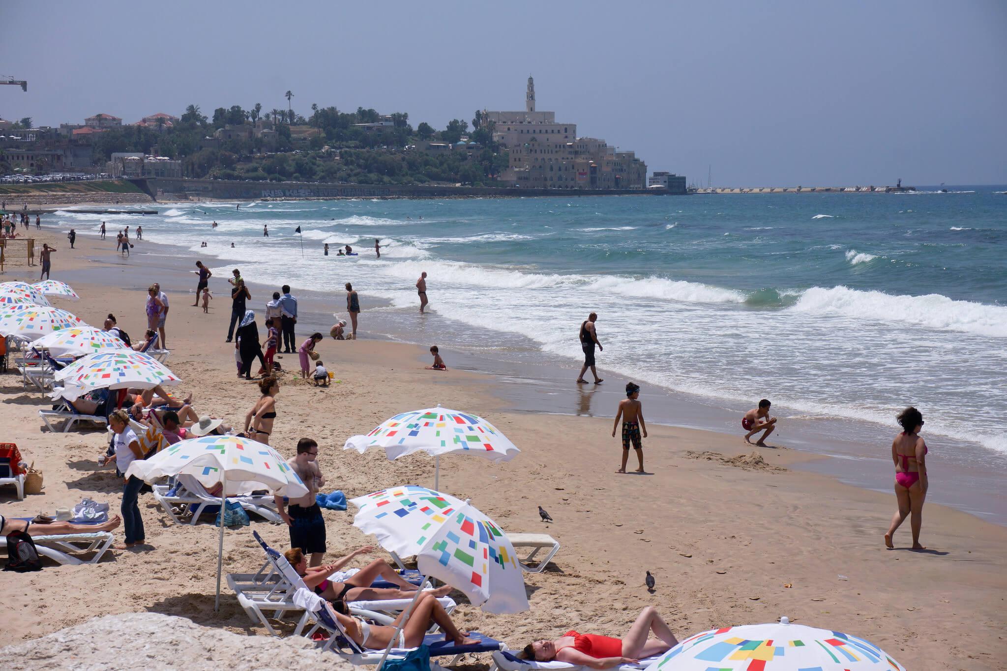 Туристы отдыхают на пляже