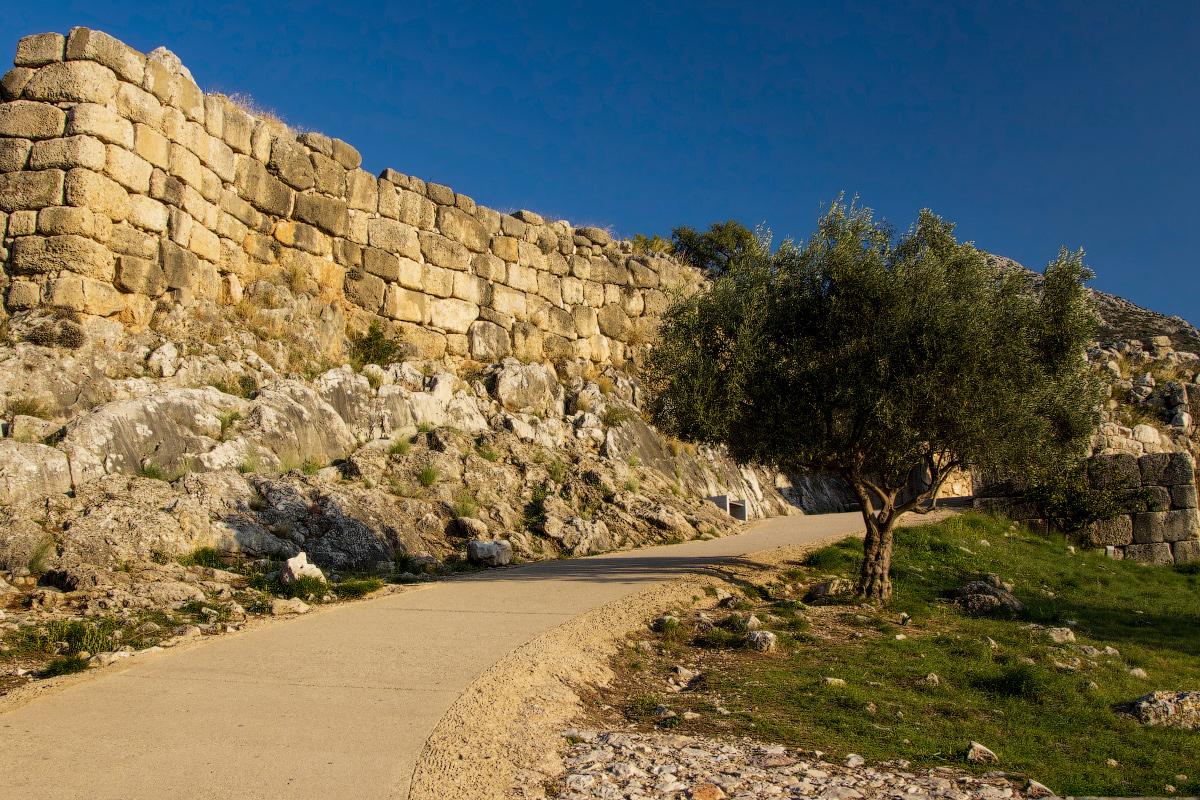 Высокая стена которая окружала Микены