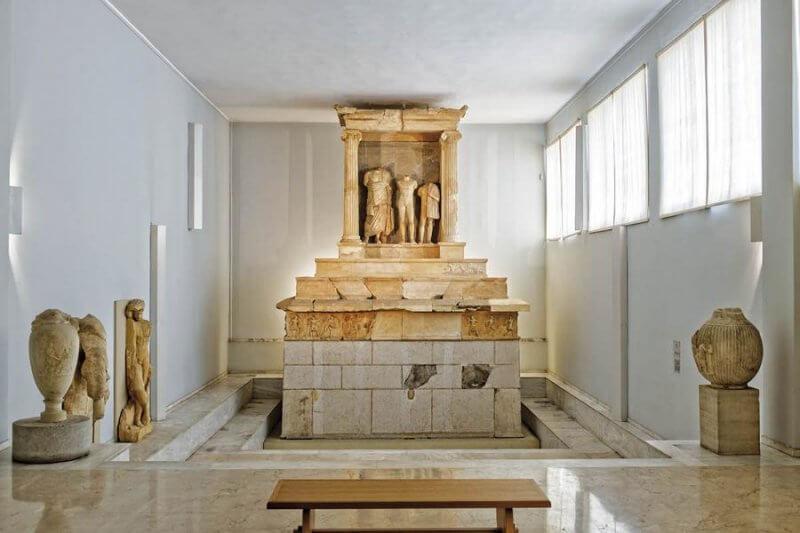 Древние скульптуры в Пирее