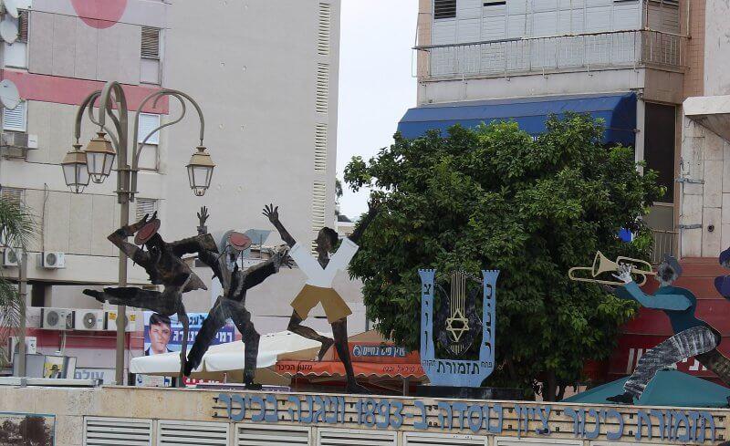Скульптуры женщин в Петах-Тиква
