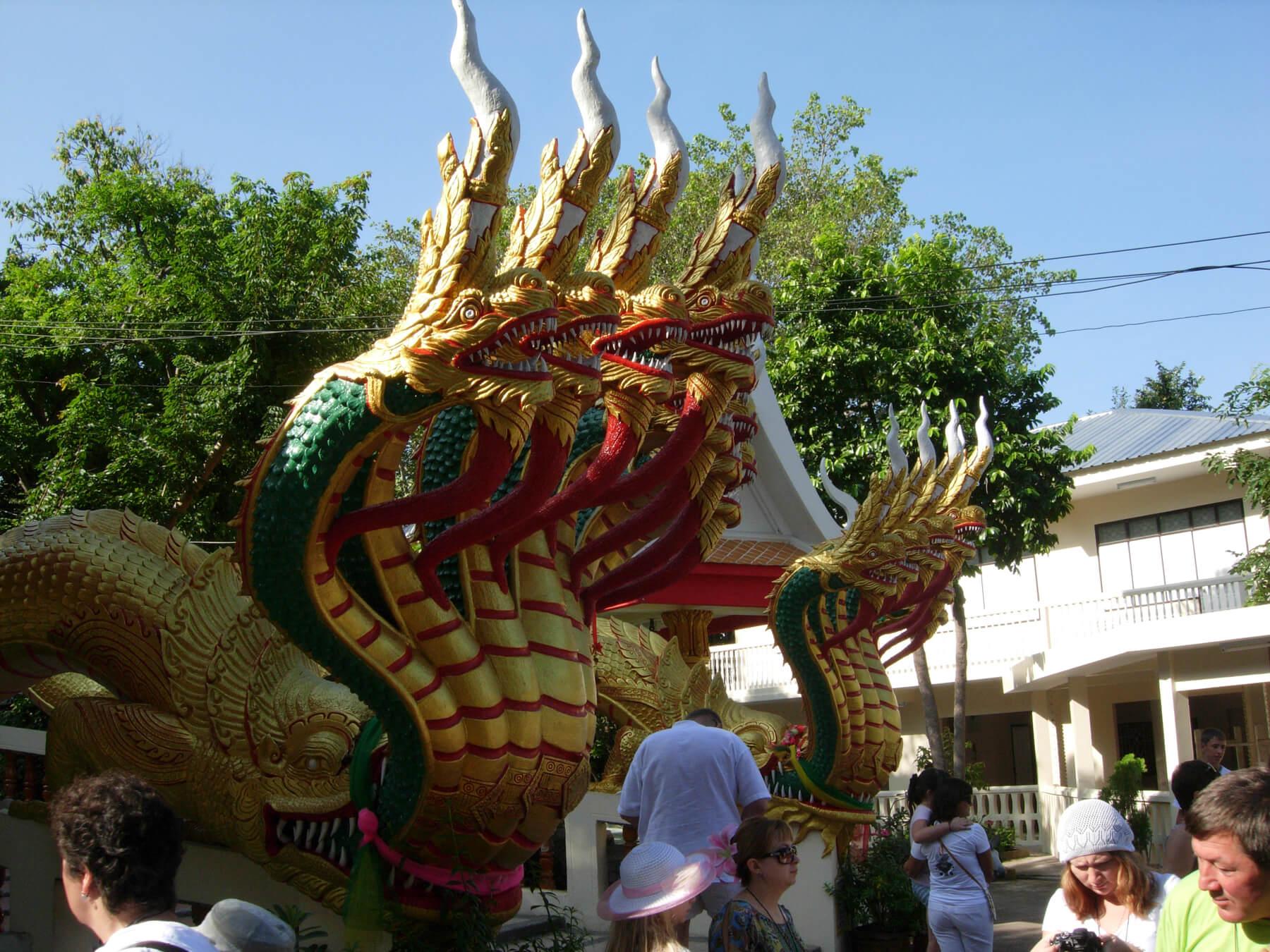 Лестница охраняемая двумя семиголовыми драконами
