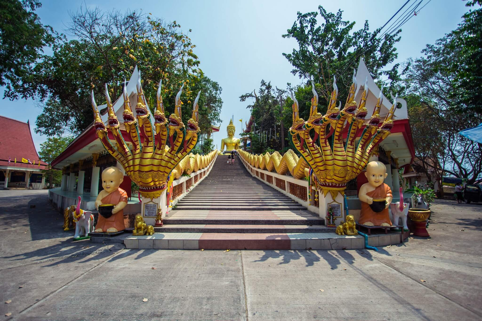 К изваянию Будды ведет лестница