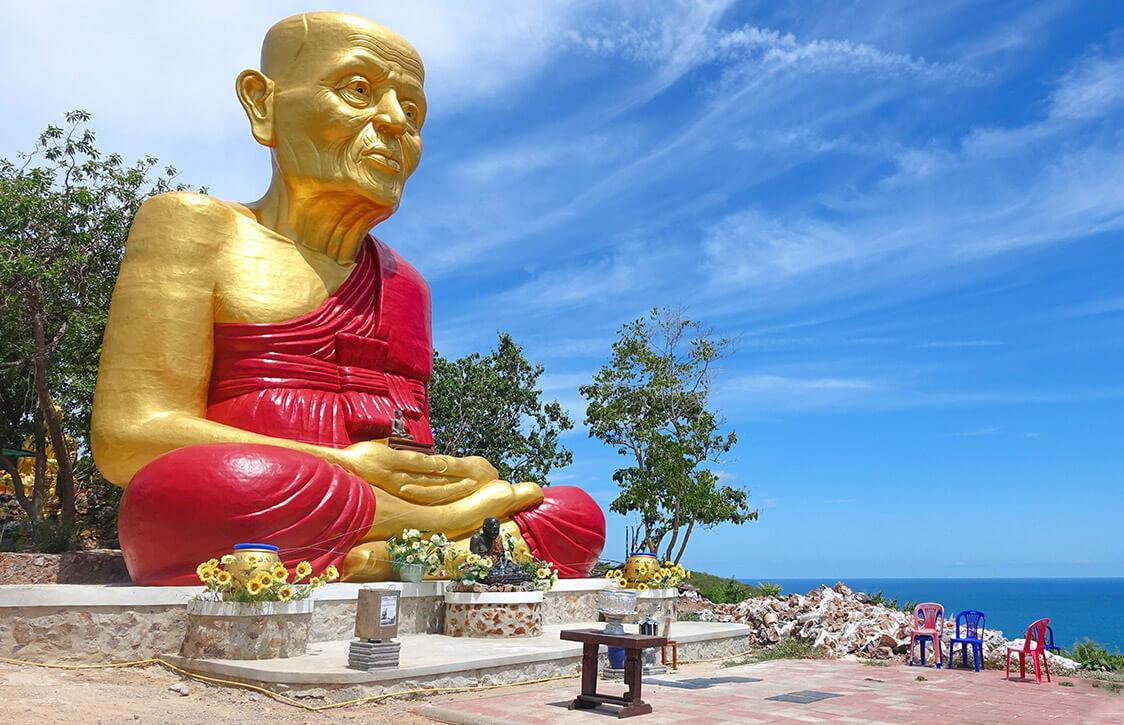 Скульптура сидящего Будды