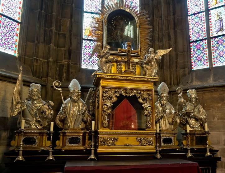 Главный алтарь и мавзолей чешских королей