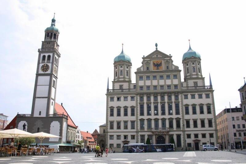 Центральная площадь и Ратуша