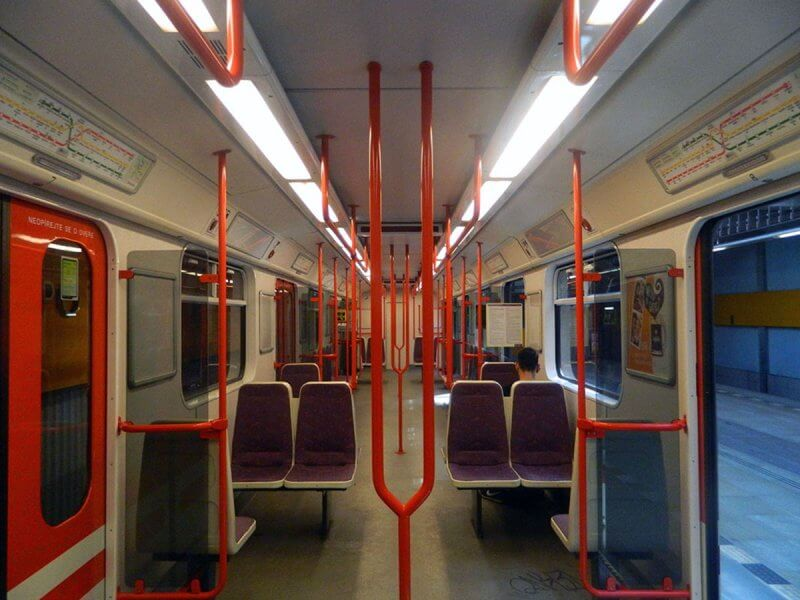 Вагоны поезда в метро