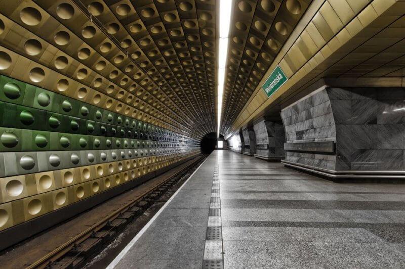 Поезд в метро Праги