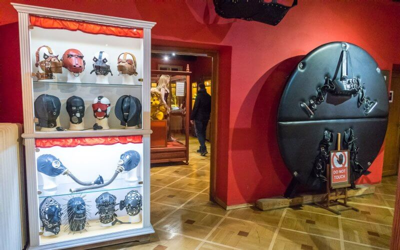 Зал в музее секс – машин