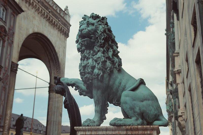 Львы на входе