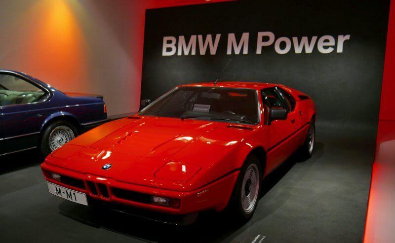 Спортивный автомобиль в музее  BMW