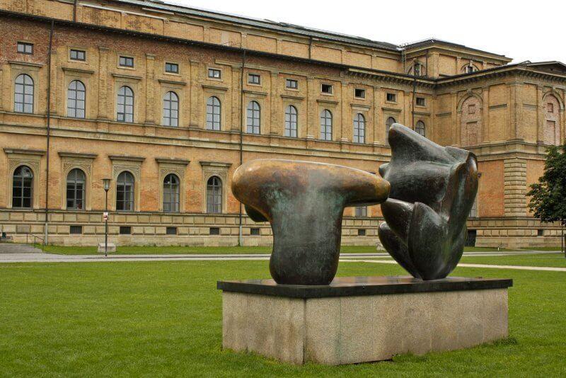 Скульптура у входа в пинакотеку