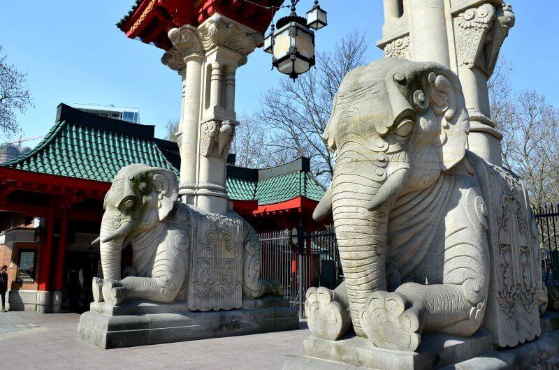 Скульптура у входа в зоопарк