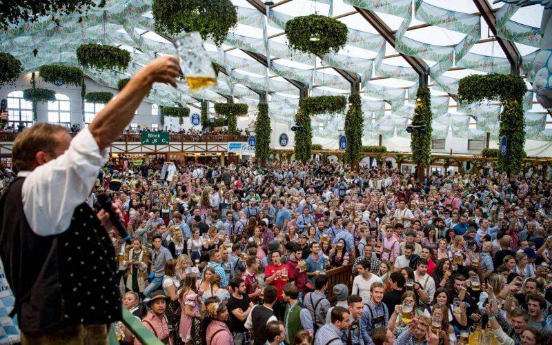 Сотни посетителей Октоберфеста