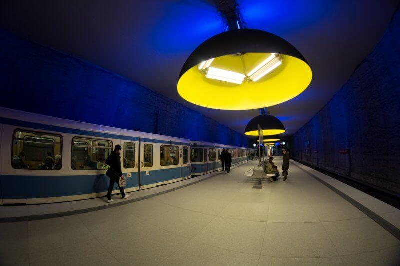 Огромные лампы в метро
