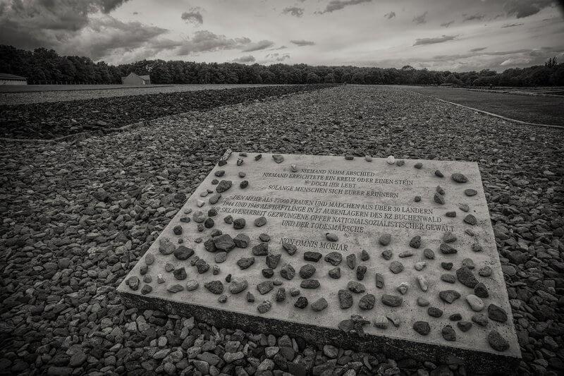 Памятная плита в Бухенвальде