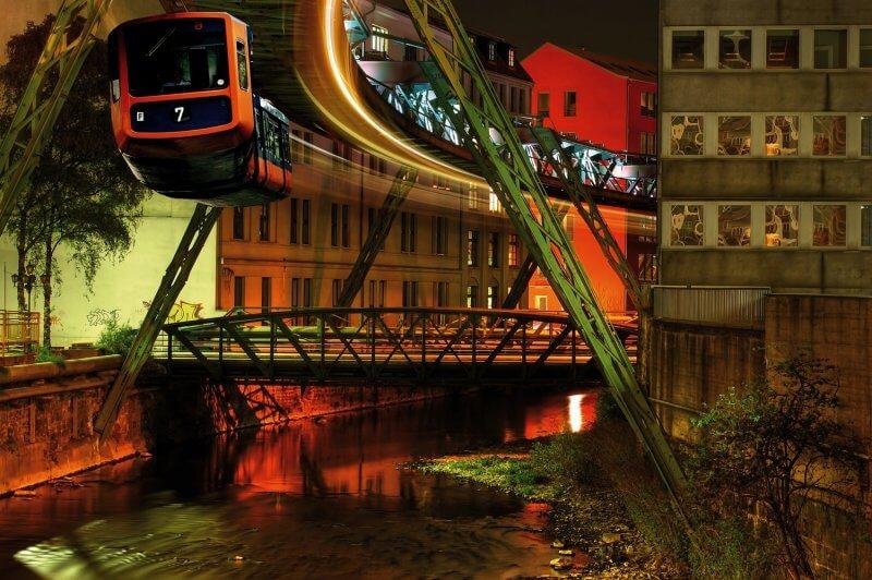 Подвесная железная дорога вечером