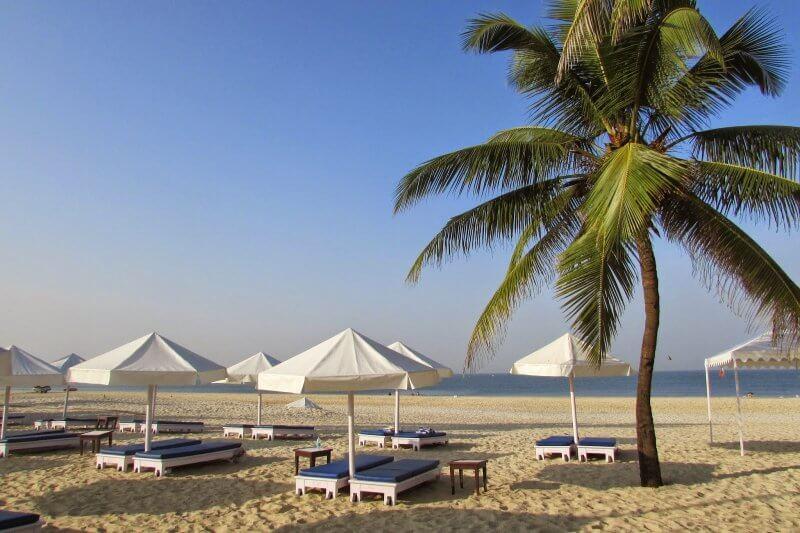 Лежаки на пляже Кавелоссим