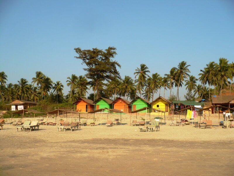 Домики на берегу пляжа Мандрем