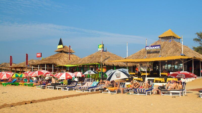 Соломенные беседки на пляже Бага