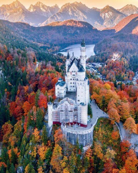 Вид на замок Нойшванштайн поздней осенью