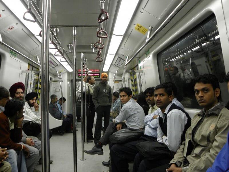 Местные жители в метро Нью-Дели