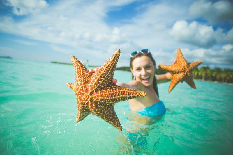 Морские звёзды около острова Саона