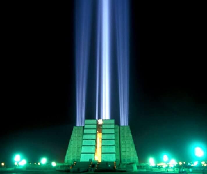 Световые прожекторы на маяке