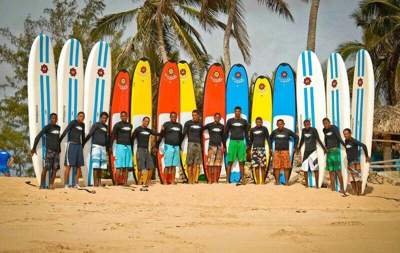 Серфингисты на пляже Макао