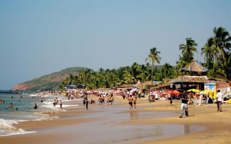 Туристы на пляже Анджуна