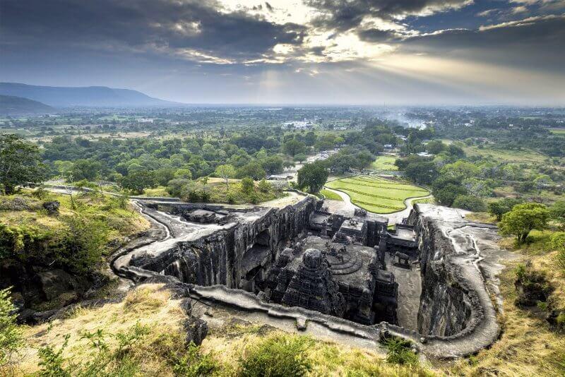 Вид на пещерный храм Эллора сверху