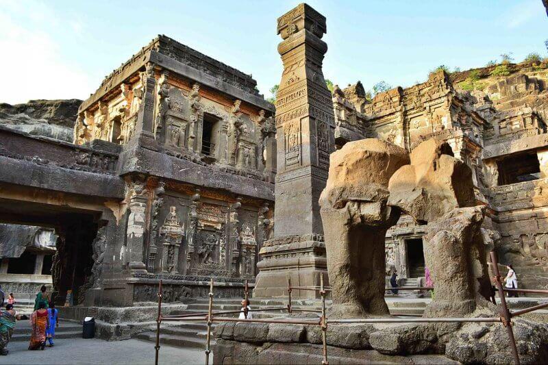 Вид на пещерный храм Эллора