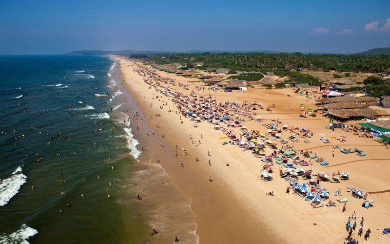 Вид на пляж в Кандолиме