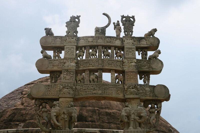 Памятник около Большой Ступы