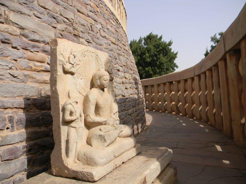 Статуя около Большой Ступы в Санчи
