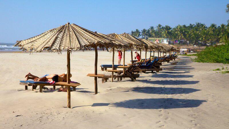 Шезлонги на пляже Ашвем