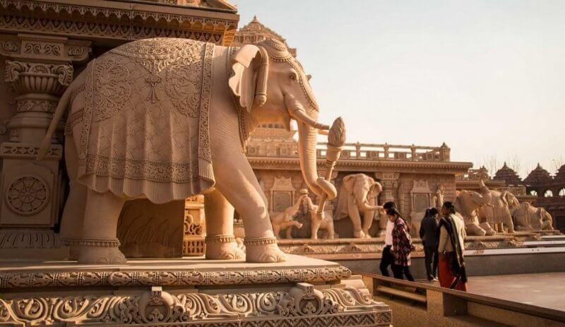 Скульптура слона около храма Акшардхам