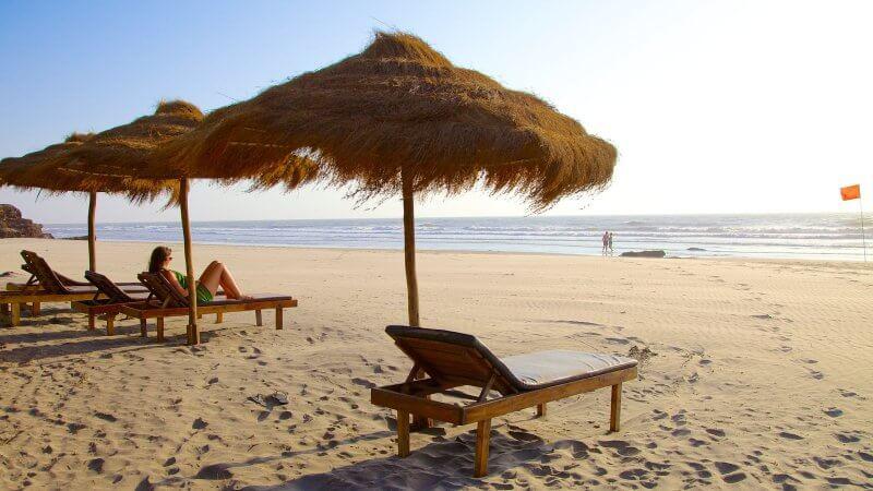 Шезлонги и зонтики на пляже Ашвем
