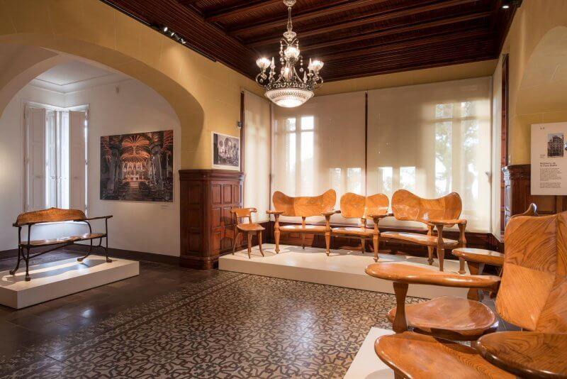 Главный зал в доме-музее Гауди