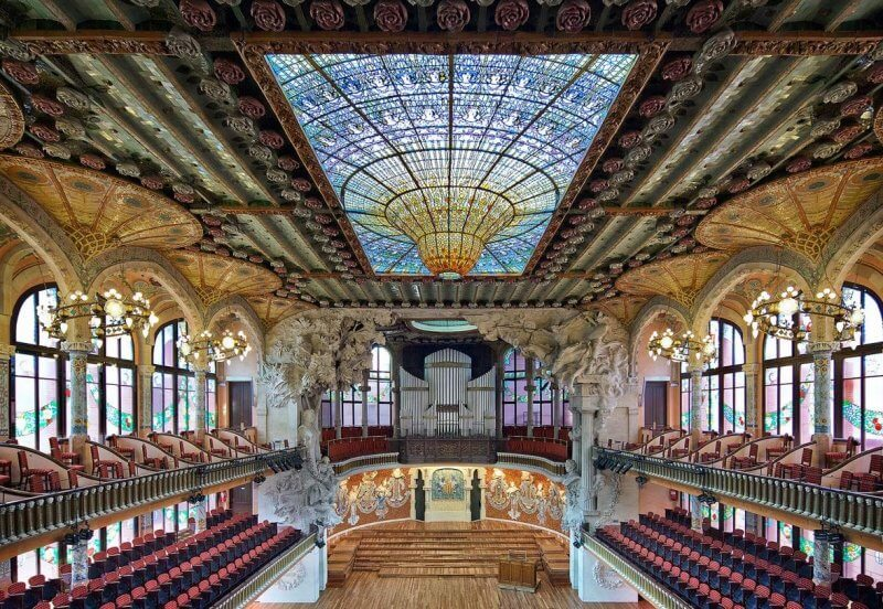 Главный зал дворца каталонской музыки