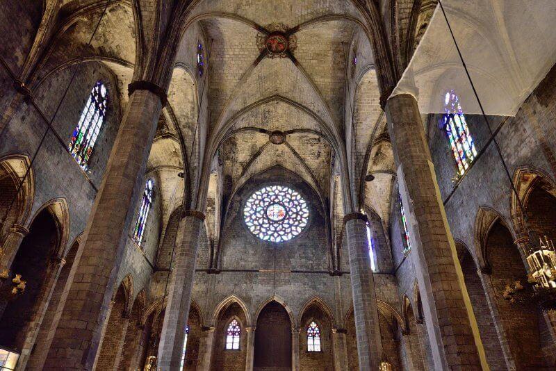 Потолок и витражи в Санта-Мария-дель-Мар